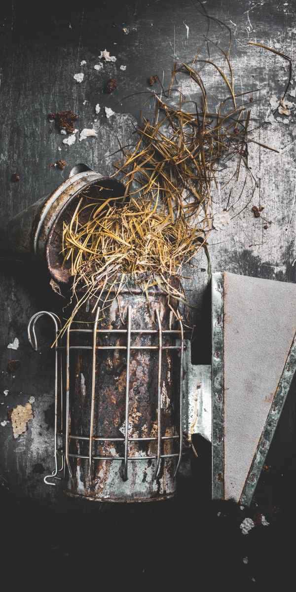 photographe nature morte apiculture materiel enfumoir