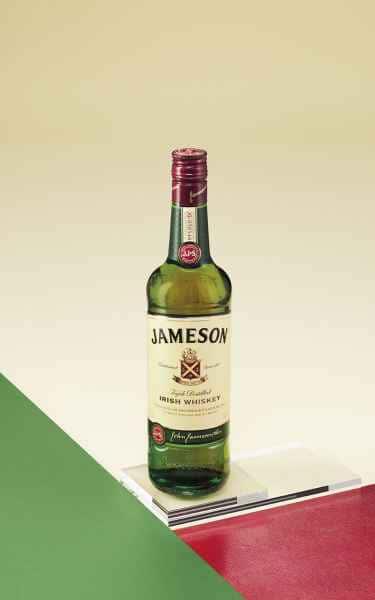photographe nature morte post production packshot bouteille jameson