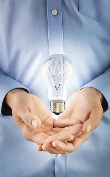 photographe lifestyle post production mains ampoule lumiere